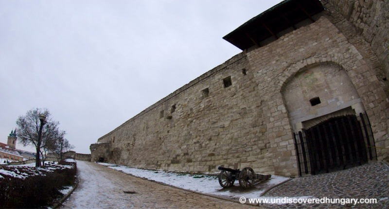 Castle_of_eger_with_cannon_2